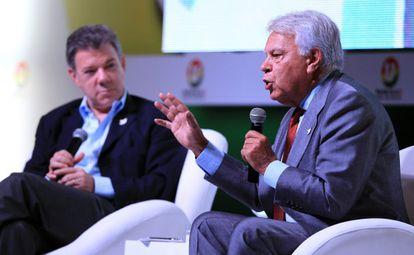Felipe González con Juan Manuel Santos este viernes en Bogotá.