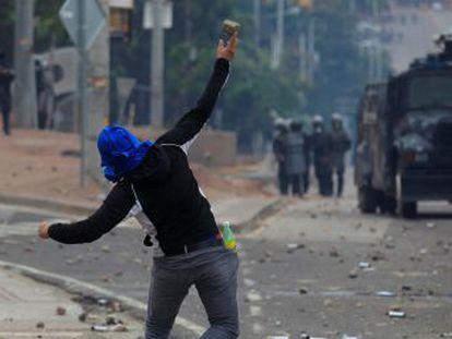 El tenso recuento da la victoria provisional al actual presidente Juan Orlando Hernández. Los seguidores de Nasralla protagonizan varios disturbios en distintos puntos del país