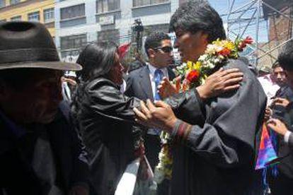 """El presidente de Bolivia, Evo Morales (d), asiste a una concentración de miles de personas en la ciudad de El Alto, con motivo del Día de la Dignidad Nacional, instituido por Morales, y que se conmemorará cada 17 de octubre en homenaje a las más de sesenta personas que murieron hace diez años durante una revuelta social reprimida por el Ejército en el llamado""""Octubre Negro""""."""