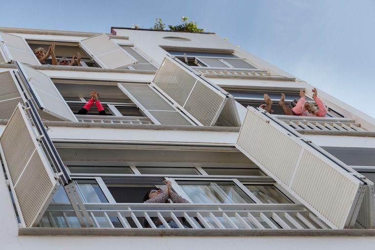 Vecinos de Santa Cruz de Tenerife salen a los balcones de sus casas para aplaudir a los sanitarios.
