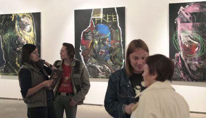 Vista general de la exhibición 'Abuso Espiritual' de la artista rusa Evgenia Maltseva en la galeria Gelman de Moscú.