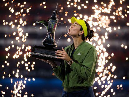 Muguruza besa el trofeo de campeona en Dubái.