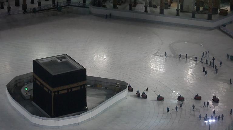 Desinfección en torno a la Kaaba, en la explanada de la Gran Mezquita de La Meca.