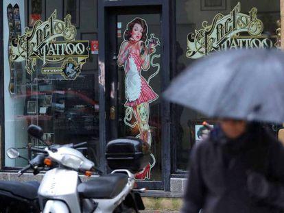 Local de tatuajes en San Sebastián cuyo dueño está acusado de abusos, agresiones y acoso sexual y coacciones.
