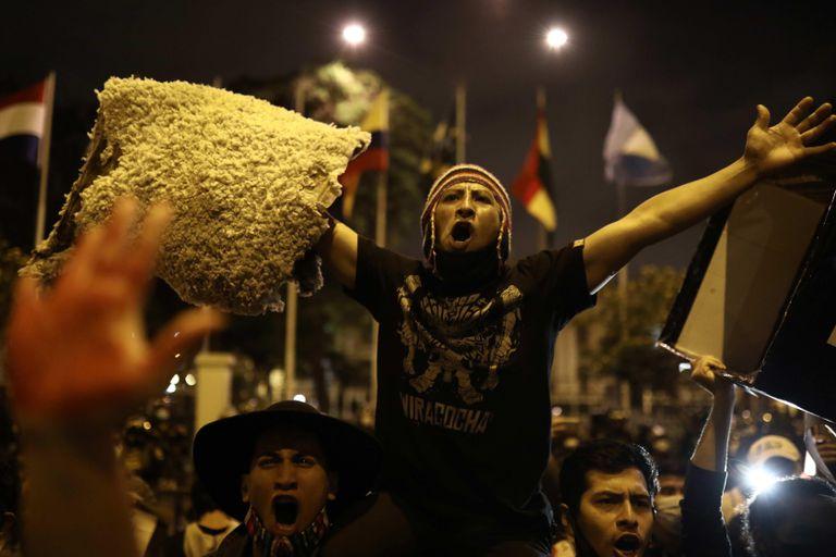 Manifestantes protestan en Lima pidiendo una nueva constitución, el 17 de noviembre.