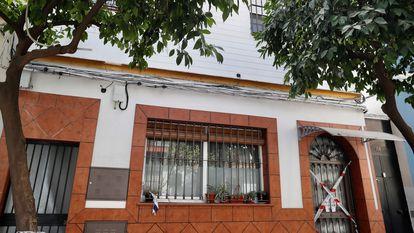 Fachada de la vivienda de la barriada sevillana del Cerro del Águila, donde residía la víctima del último crimen machista.