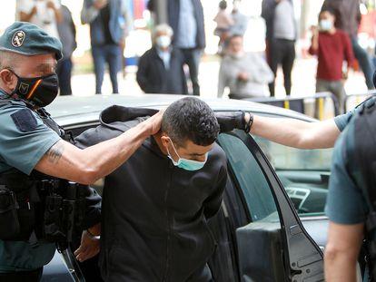 Agentes de Guardia Civil llevan al detenido por matar a una mujer y su hijo para pasar a disposición judicial, en Inca (Mallorca) este miércoles 19 de mayo.