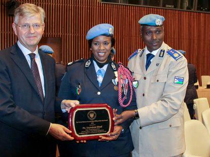 La senegalesa Seynabou Diouf recibe el premio como Mujer Policía de la ONU 2019.