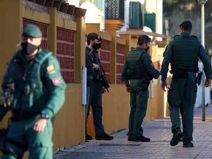 Agentes de la Guardia Civil durante el registro de una vivienda en Los Barrios (Cádiz), que se enmarca en una operación conjunta con la Policía Nacional en la que han participado más de 300 agentes.