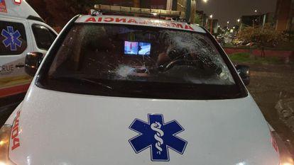 Una ambulancia que fue atacada durante las protestas, en el sur de Bogotá.
