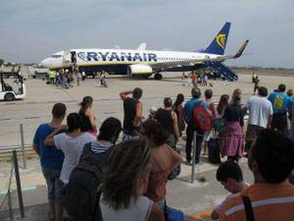 Imagen del embarque de pasajeros en la aerolínea Ryanair. EFE/Archivo