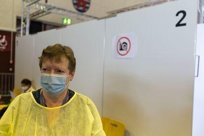 Marie Elise Romain, enfermera belga transfronteriza, trabaja en el mayor centro de vacunación de Luxemburgo.