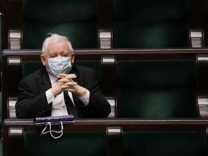 El líder del PiS, Jaroslaw Kaczynski, con mascarilla durante el pleno de este jueves en el Congreso, en Varsovia.