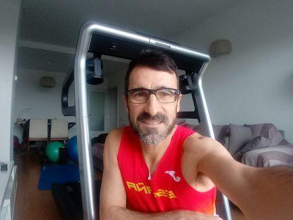Autorretrato de Chuso García Bragado en su cuarto de estar-gimnasio.