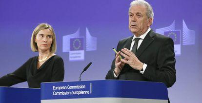 Federica Mogherini y Dimitris Avramopoulos presentan el paquete de medidas para Libia.