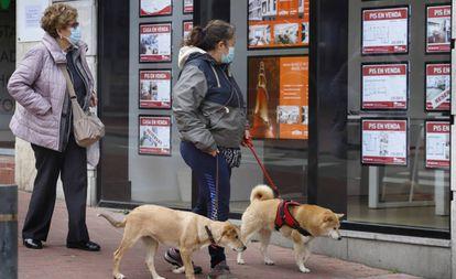 Dos mujeres miran las ofertas en una inmobiliaria de Terrassa (Barcelona), el pasado 1 de mayo.
