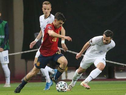 Pedri se marcha de un rival durante el partido contra Kosovo en La Cartuja. / ALEJANDRO RUESGA