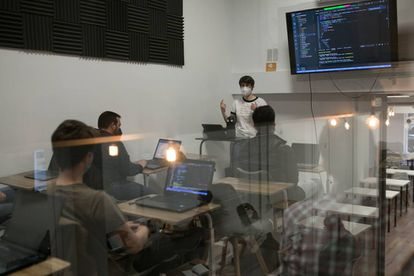 Alumnos de un 'bootcamp' de la escuela Nuclio de Barcelona, el pasado viernes.