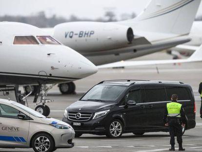 Un vehículo llega al aeropuerto de Ginebra procedente del hospital universitario de la ciudad suiza.