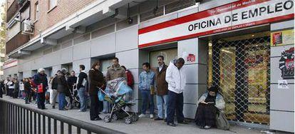 Un grupo de parados hacen cola ante una oficina de empleo de la Comunidad de Madrid.