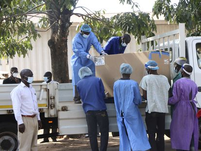 Un grupo de personas con un lote de vacunas para ser destruidas, el 19 de mayo en Lilongüe (Malaui).
