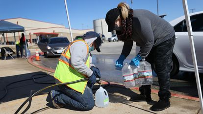 Un voluntario reparte agua en Kyle, Texas.