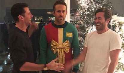 De izquierda a derecha: Hugh Jackman, Ryan Reynolds y Jake Gyllenhaal, en las Navidades de 2018.