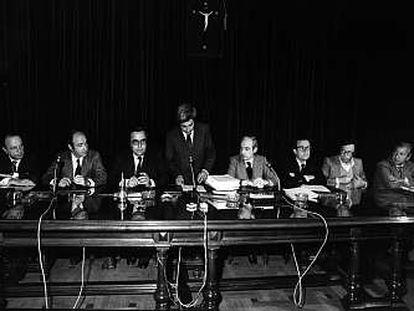 Manuel Fraga (AP), Miquel Roca (CDC), Gregorio Peces-Barba (PSOE), Gabriel Cisneros (UCD), José Pedro Pérez Llorca (UCD), Miguel Herrero de Miñón (AP) y Jordi Solé Tura (PCE), durante la firma del Proyecto de Constitución el 10 de abril de 1978.