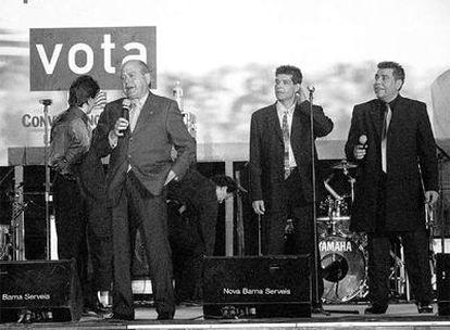 Jordi Pujol con Los Chunguitos, en un mitin de las autonómicas de 1999, donde le abuchearon.