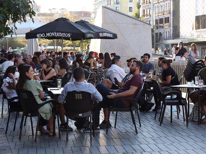 Varias personas disfrutan de una terraza en la plaza de Felipe II, en Madrid.