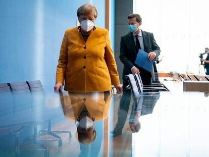 Angela Merkel y el portavoz del Gobierno alemán, Steffen Seibert, tras una conferencia de prensa en Berlín, el pasado noviembre.