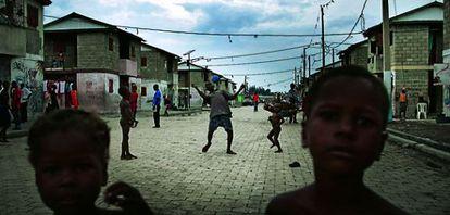 Los adultos deambulan, los niños juegan. En Cité Soleil transcurren los días sin que pase nada. Casi nadie trabaja y la violencia aumenta.