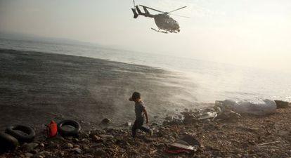 Un helicóptero de Frontex patrulla las costas griegas.