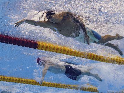 Caeleb Dressel, en primer término, en las series de 50m libres en Tokio.