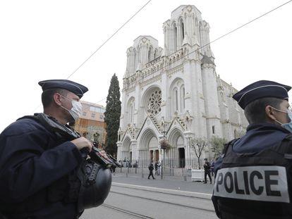 Policías vigilan la iglesia Notre Dame de Niza, escenario del último atentado islamista en Francia