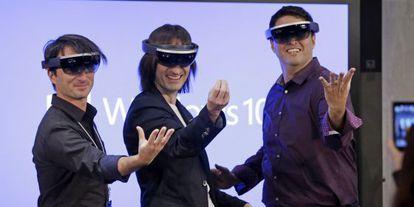 De izquierda a derecha: Joe Belfiore, Alex Kipman y Terry Myerson directivos de Microsoft, presentando sus gafas holográficas.