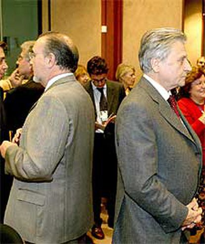 El comisario europeo de Asuntos Económicos y Monetarios, Pedro Solbes, de espaldas al presidente del Banco Central Europeo, el francés Jean-Claude Trichet.