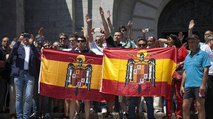 Un grupo de personas con banderas franquistas en el Valle de los Caídos.