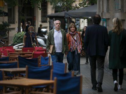 Terrazas en la calle de Enric Granados que apenas dejan espacio para el paso de las personas.