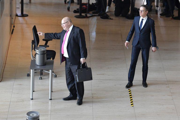 El ministro de Economía alemán, Peter Altmaier, deposita su voto durante una sesión en el Bundestag el miércoles en Berlín.