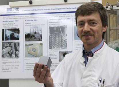 El investigador principal del proyecto, Klaus Mayer, muestra una réplica del cubo de uranio analizado.