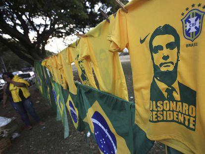Playeras con la imagen de Jair Bolsonaro en Brasil.