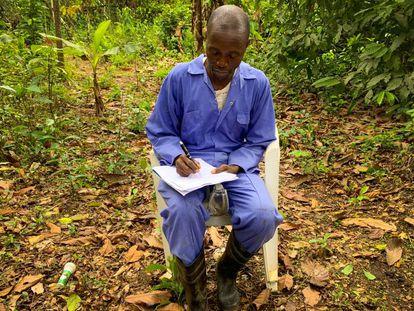 Sam Dennis imparte clases agrícolas dos veces al día en el condado de Nimba, en Liberia.