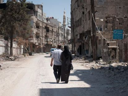 Abu Haidar y su mujer regresan a ver lo que queda de su casa tras año y medio sin poder entrar en Mleha.