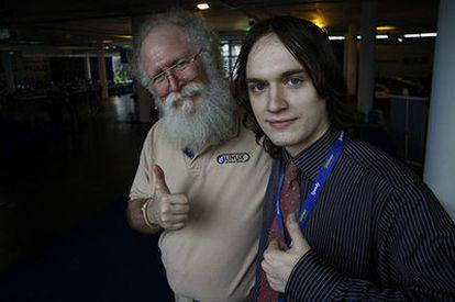 El encuentro de dos generaciones: John 'Maddog' y elhacker Georgy Berolyshev en la Campus Party de Brasil 2009.