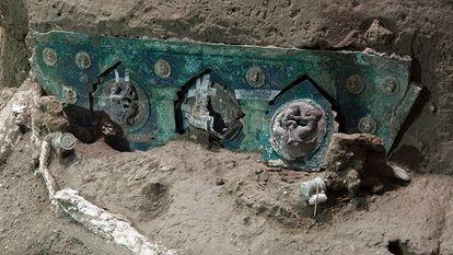 Detalle de una gran carroza ceremonial de cuatro ruedas, en el área arqueológica de Pompeya (sur de Italia).