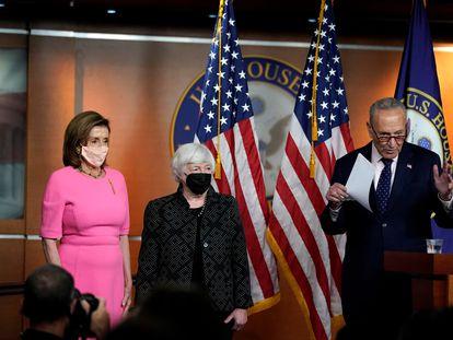 De izquierda a derecha, Nancy Pelosi, Janet Yellen y Chuck Schumer, este jueves en el Capitolio.