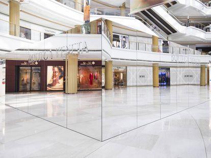 La nueva 'pop-up' de la firma italiana en el centro comercial Plaza 66 (Shanghái)refleja los monogramas de las tiendas que la rodean creando una disruptiva ilusión óptica en un tiempo de branding hipertrofiado y logomanía desmedida.  
