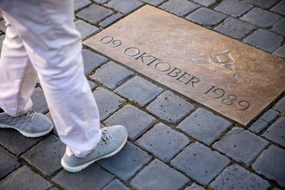 Una placa en la plaza Nikolaikirchhof de Leipzig recuerda la fecha de las marchas pacíficas que precipitaron el fin de la RDA.