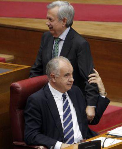 Rafael Blasco, en su escaño esta mañana en las Cortes, con Rafael Maluenda.